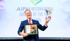 Mr Aad Gordijn – General Director of Dalat Hasfarm with the Gold Prize in the Ceremony