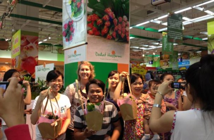 Dalat Hasfarm organized flower workshop at supermarket channels