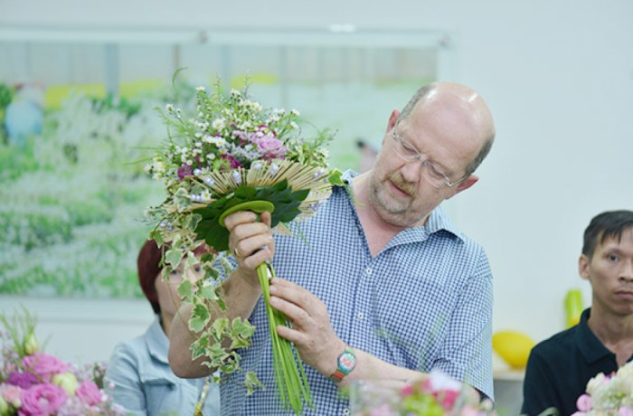 Dalat Hasfarm invited the world-renowned floral designer for improving florists' skills